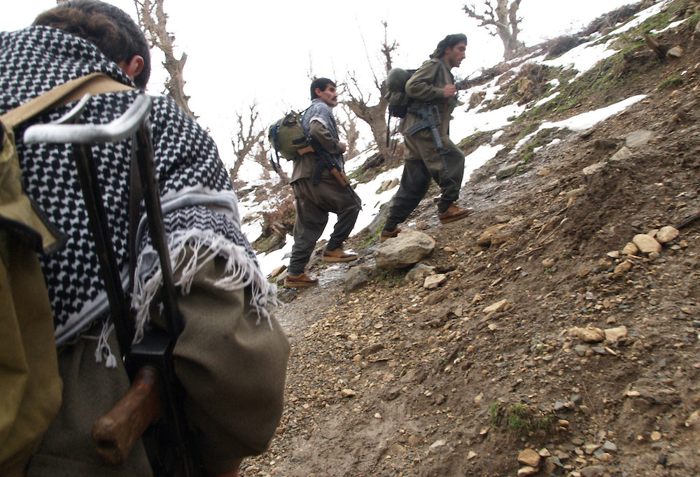 Den tyrkiske og iranske hær bombarderer kurdiske guerilla-områder