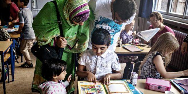 Indvandrerbørn halter bagud med halvandet år i skolen