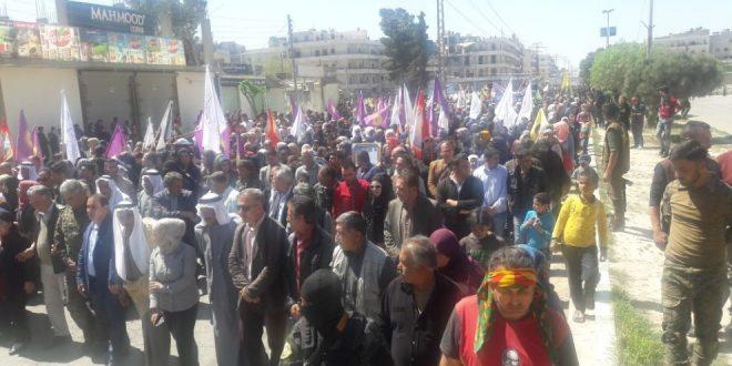 Tusinder protesterer mod den tyrkiske stat i Manbij