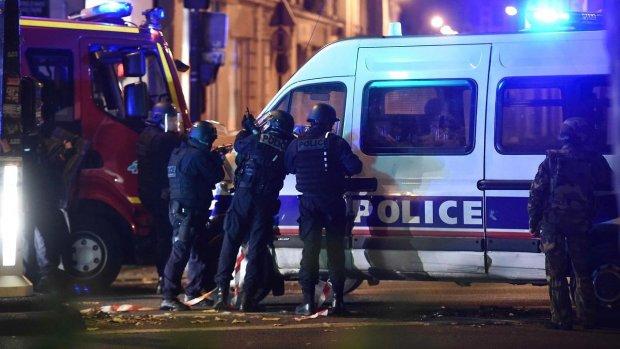 Mange dræbte, gidsler og eksplosioner flere steder i Paris