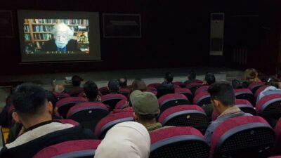 Noam Chomsky holdt den indledende forelæsning ved Rojava University den 15. januar